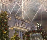 Fuegos artificiales durante hotel Moscú de la iluminación de los días de fiesta de la Navidad y del Año Nuevo y de cuatro estacio Imagen de archivo