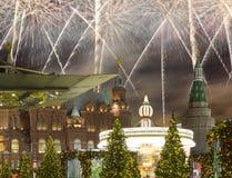 Fuegos artificiales durante iluminación de los días de fiesta de la Navidad y del Año Nuevo en la noche, el Kremlin en Moscú, Rus Fotos de archivo