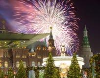 Fuegos artificiales durante iluminación de los días de fiesta de la Navidad y del Año Nuevo en la noche, el Kremlin en Moscú, Rus Fotos de archivo libres de regalías