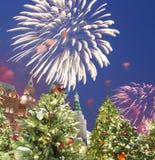 Fuegos artificiales durante iluminación de los días de fiesta de la Navidad y del Año Nuevo en la noche, el Kremlin en Moscú, Rus Imagen de archivo libre de regalías