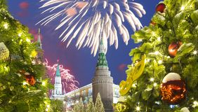 Fuegos artificiales durante iluminación de los días de fiesta de la Navidad y del Año Nuevo en la noche, el Kremlin en Moscú, Rus Imagen de archivo