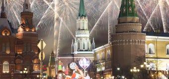 Fuegos artificiales durante iluminación de los días de fiesta de la Navidad y del Año Nuevo en la noche, el Kremlin en Moscú, Rus Fotografía de archivo