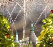 Fuegos artificiales durante iluminación de los días de fiesta de la Navidad y del Año Nuevo en la noche, el Kremlin en Moscú, Rus Imagenes de archivo
