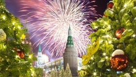 Fuegos artificiales durante iluminación de los días de fiesta de la Navidad y del Año Nuevo en la noche, el Kremlin en Moscú, Rus Foto de archivo libre de regalías