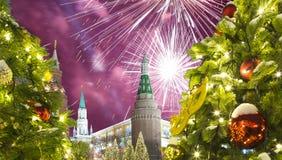 Fuegos artificiales durante iluminación de los días de fiesta de la Navidad y del Año Nuevo en la noche, el Kremlin en Moscú, Rus Fotografía de archivo libre de regalías