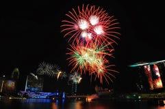 Fuegos artificiales durante la apertura 2010 de los Juegos Olímpicos de la juventud Foto de archivo