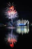 Fuegos artificiales durante los Juegos Olímpicos 2010 de la juventud que se cierran Foto de archivo libre de regalías