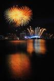 Fuegos artificiales durante los Juegos Olímpicos 2010 de la juventud que se cierran Fotografía de archivo