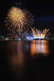 Fuegos artificiales durante los Juegos Olímpicos 2010 de la juventud que se cierran Imágenes de archivo libres de regalías