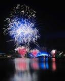 Fuegos artificiales durante los Juegos Olímpicos 2010 de la juventud que se cierran Fotos de archivo