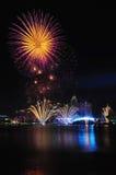 Fuegos artificiales durante los Juegos Olímpicos 2010 de la juventud que se cierran Imagenes de archivo