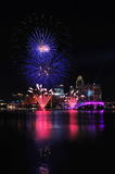 Fuegos artificiales durante los Juegos Olímpicos 2010 de la juventud que se cierran Fotos de archivo libres de regalías