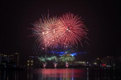 fuegos artificiales en cielo en la noche Imagenes de archivo