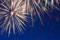 Fuegos artificiales en cielo nocturno Imagen de archivo