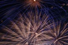 Fuegos artificiales en cielo nocturno Imagen de archivo libre de regalías