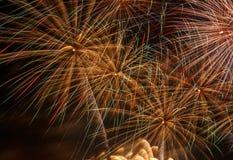 Fuegos artificiales en cielo nocturno Imagenes de archivo