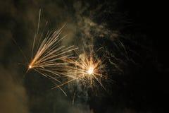 Fuegos artificiales en el cielo fotos de archivo libres de regalías