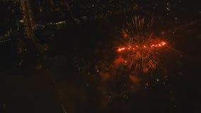 Fuegos artificiales en el cielo nocturno almacen de metraje de vídeo