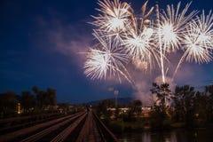Fuegos artificiales en el cielo nocturno Fotografía de archivo libre de regalías