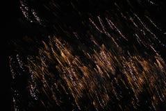 Fuegos artificiales en el cielo nocturno Imágenes de archivo libres de regalías