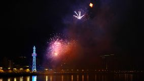 Fuegos artificiales en el cielo nocturno, Baku, Azerbaijan almacen de metraje de vídeo