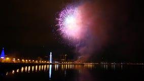 Fuegos artificiales en el cielo nocturno, Baku, Azerbaijan almacen de video