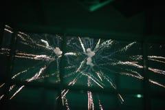 Fuegos artificiales en el cielo nocturno Fuegos artificiales multicolores en la noche imagen de archivo