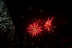 fuegos artificiales en el cielo oscuro imagen de archivo