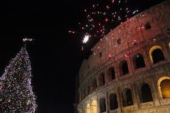 Fuegos artificiales en el colosseum con un árbol de navidad Imagen de archivo