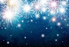 Fuegos artificiales en el fondo del cielo azul por la Navidad y el Año Nuevo Foto de archivo libre de regalías