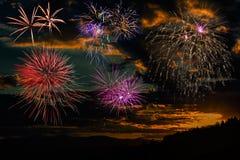 Fuegos artificiales en el fondo del cielo de la puesta del sol Imagen de archivo
