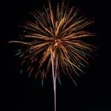 Fuegos artificiales en el fondo del cielo nocturno Fotos de archivo libres de regalías