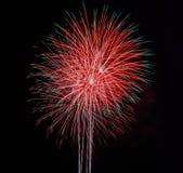 Fuegos artificiales en el fondo del cielo nocturno Imágenes de archivo libres de regalías