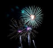 Fuegos artificiales en el fondo oscuro del cielo, fuegos artificiales de la celebración del Año Nuevo foto de archivo libre de regalías