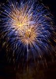 Fuegos artificiales en el fondo oscuro del cielo, fuegos artificiales de la celebración del Año Nuevo imagen de archivo