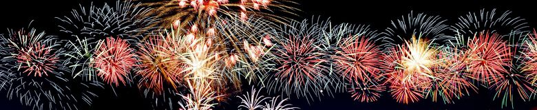 Fuegos artificiales en el fondo oscuro del cielo, fuegos artificiales de la celebración del Año Nuevo imágenes de archivo libres de regalías