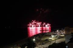 Fuegos artificiales en el mar imagenes de archivo