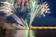 Fuegos artificiales en el Novgorod el Kremlin en la celebración de los primeros días hanseáticos rusos Fotos de archivo