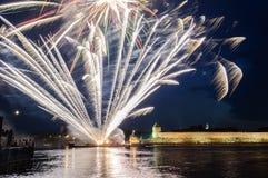 Fuegos artificiales en el Novgorod el Kremlin en la celebración de los primeros días hanseáticos rusos Imagen de archivo