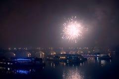 Fuegos artificiales en el ` s Eve del Año Nuevo sobre las naves en el río de Moldava en Praga Fotos de archivo libres de regalías