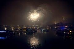 Fuegos artificiales en el ` s Eve del Año Nuevo sobre las naves en el río de Moldava en Praga Foto de archivo