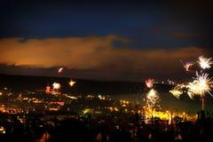Fuegos artificiales en el ` s Eve del Año Nuevo sobre los tejados de la ciudad de Nierst Imagen de archivo libre de regalías