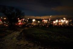 Fuegos artificiales en el ` s Eve del Año Nuevo sobre los tejados de la ciudad de Nierst Foto de archivo libre de regalías