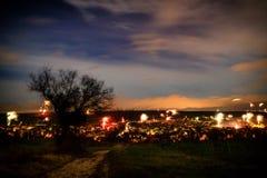 Fuegos artificiales en el ` s Eve del Año Nuevo sobre los tejados de la ciudad de Nierst Imagenes de archivo