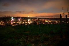 Fuegos artificiales en el ` s Eve del Año Nuevo sobre los tejados de la ciudad de Nierst Fotos de archivo