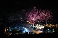 Fuegos artificiales en fondo de la ciudad de la noche Imagen de archivo