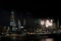 Fuegos artificiales en Hudson River, New York City Fotos de archivo libres de regalías