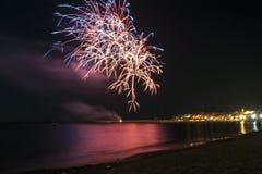 Fuegos artificiales en la noche Fotos de archivo