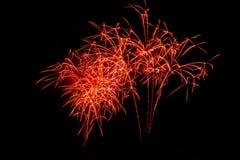 Fuegos artificiales en la noche Fuegos artificiales de la celebración del Año Nuevo, fuegos artificiales coloridos sobre el cielo Fotografía de archivo libre de regalías