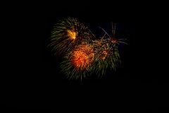 Fuegos artificiales en la noche Fuegos artificiales de la celebración del Año Nuevo, fuegos artificiales coloridos sobre el cielo Foto de archivo libre de regalías